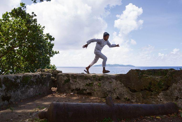 Jongen in Fort Concordia. Beeld Isabelle Boon
