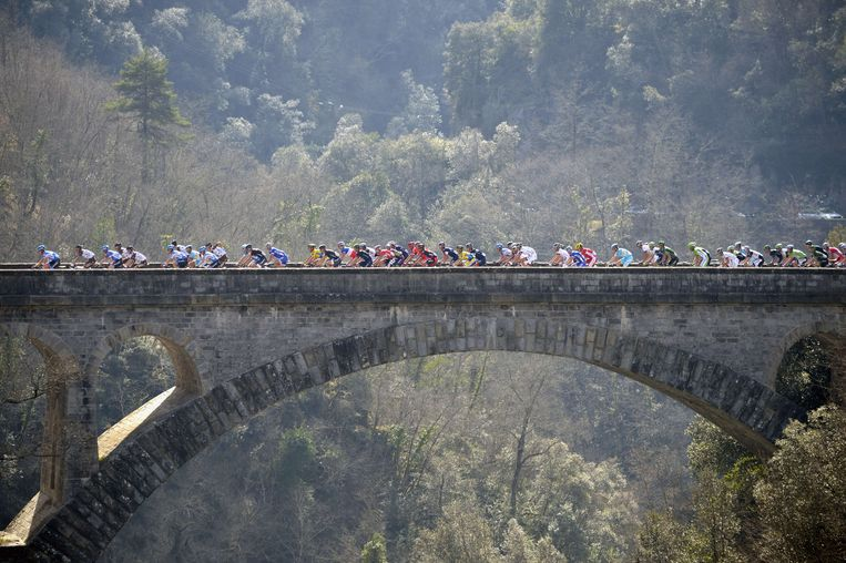 TOPSHOTS The pack rides on a bridge during the eighth and final stage of the 72nd edition of the Paris-Nice cycling race, on March 16, 2014, in Nice, southeastern France. AFP PHOTO / ERIC FEFERBERG Beeld AFP