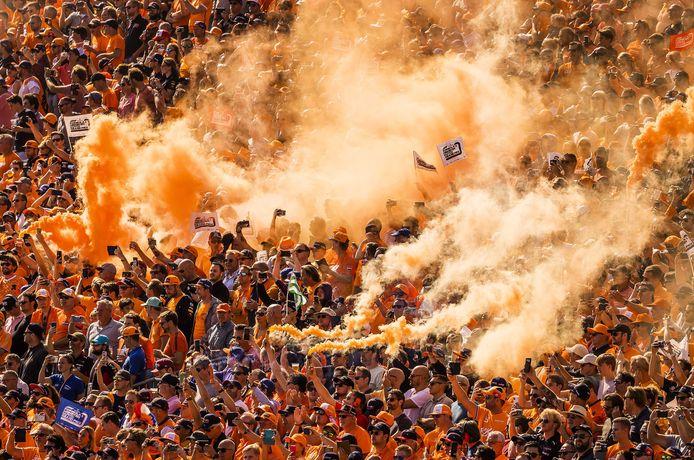 Oranje rook boven het publiek voorafgaand aan de Dutch Grand Prix op het circuit van Zandvoort.