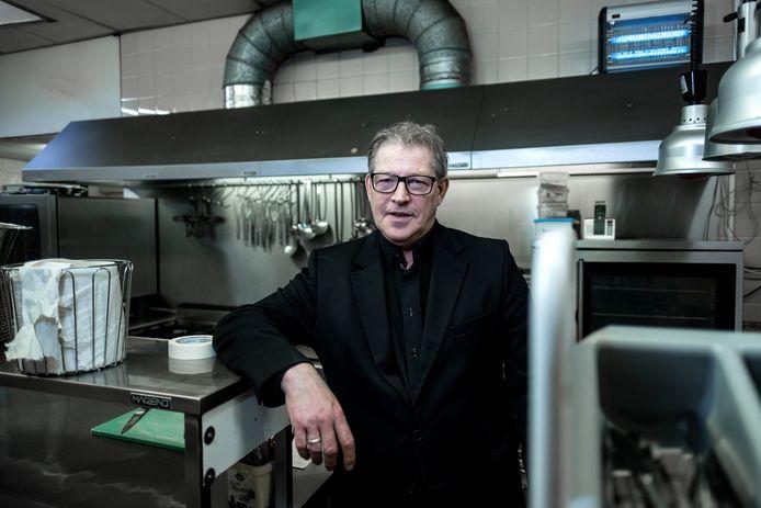 Frans Breedijk in zijn lege keuken van Hotel Stad Munster in Winterswijk .
