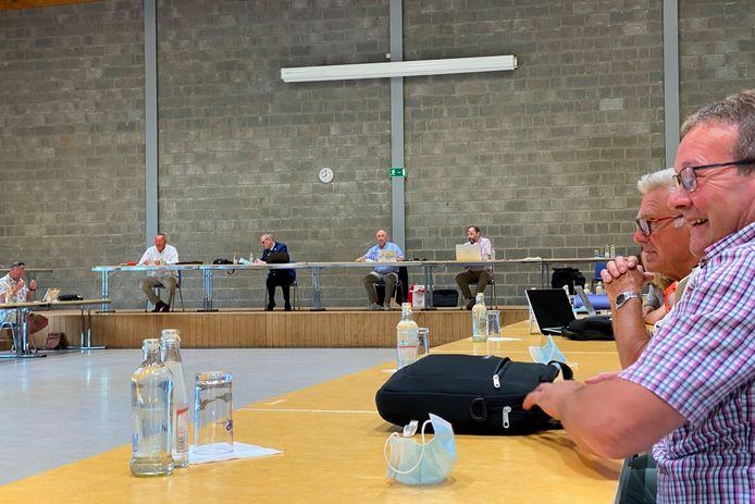 Omwille van de delicate inhoud werd voor een fysieke coronaveilige politieraad in zaal De Bron in Lede gekozen.