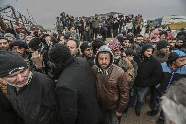 Syrische vluchtelingen staan in de rij bij de Bab al-Salam grens. Beeld ap