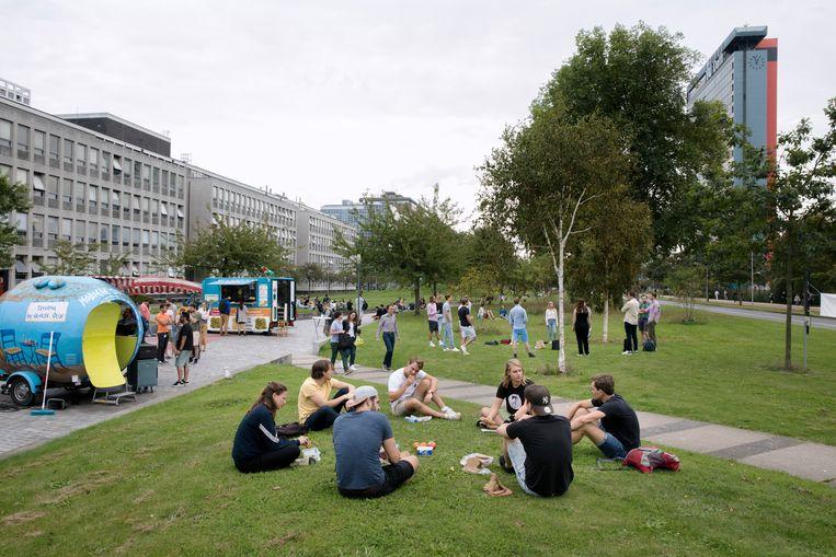 Studenten van de TU Delft in september 2020, toen fysiek onderwijs nog mondjesmaat mogelijk was. Beeld Inge Van Mill