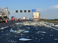 Puinhoop op A1 bij Deventer nadat twee vrachtwagens elkaar rammen tijdens avondspits