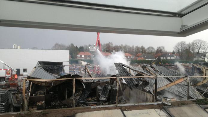 Foto gemaakt vanuit een van de woningen in de woonwijk vlakbij de dakpannenhandel in Sprang-Capelle.