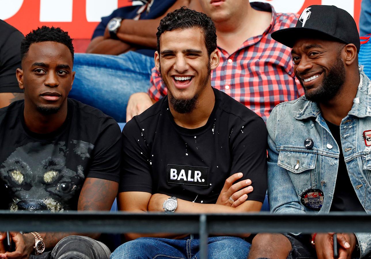 Ridgeciano Haps, Yassin Ayoub en Kenneth Vermeer op de tribune.