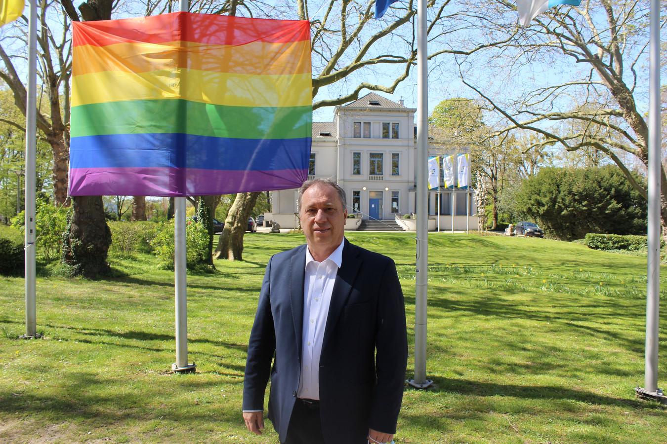 Schepen Dirk Philips bij de regenboogvlag die elk jaar op 17 mei opgehangen wordt in Zaventem. Binnenkort komen er ook regenboogzebrapaden in de luchthavengemeente.