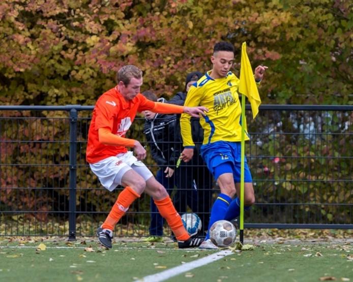 Appie Telli (FC Uden, rechts) in duel met Niels de Groot (DAW).