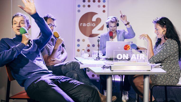Ruben Van Gucht (achteraan) presenteert op zaterdag De weekwatchers. Hier zijn Rob Vanoudenhoven, Frank Deboosere en Sabine De Vos te gast. Beeld © joris casaer