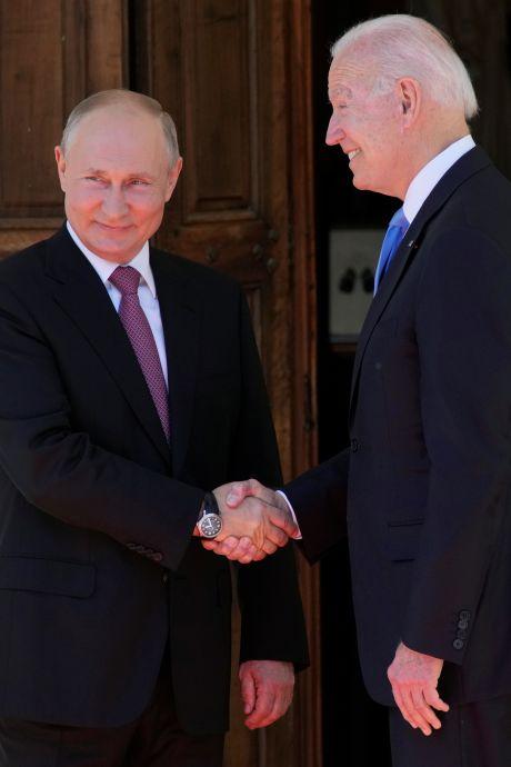 Biden et Poutine se serrent la main avant le début de leur sommet à Genève