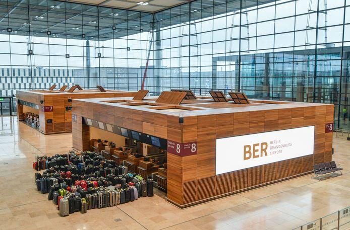 Koffers voor de check-in balies in Terminal 1 tijdens een van vele oefeningen voor de officiële ingebruikname eind oktober 2020.