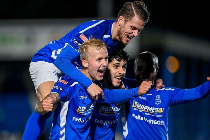Ontlading bij GVVV: invaller Melvin van de Haar (links) wordt bejubeld na zijn 3-1 tegen VVOG.
