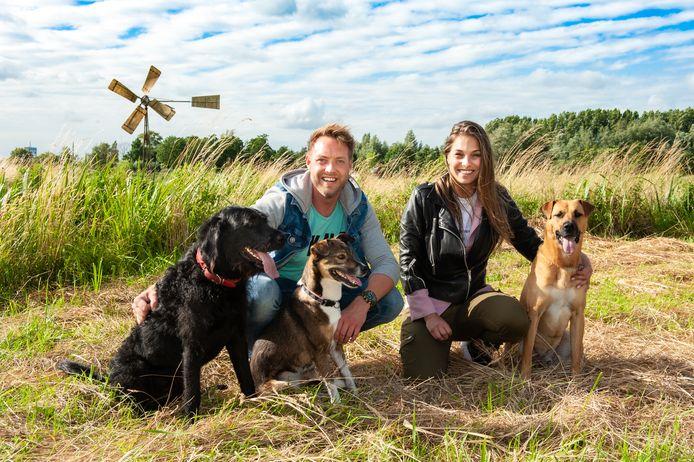 Floris van der Loo (37) uit Waddinxveen en Rebecca Proost (26) uit Alphen, met hun honden Jax, Bowie (zwart) en Soof (midden).