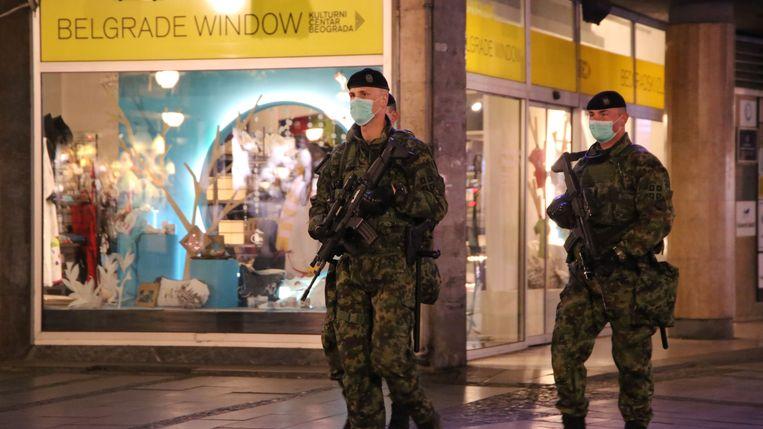 In de Servische hoofdstad Belgrado dwingen militairen de avondklok af.  Beeld Photo News