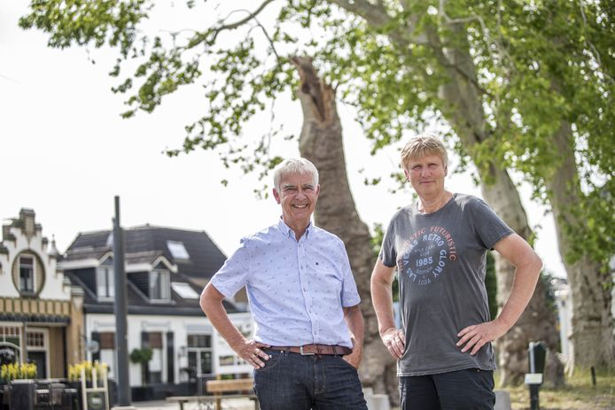 Geert Jan Bittink (links) en Willem Teger op het Plein onder de Platanen. Een foto gemaakt vóór de coronacrisis weer oplaaide.