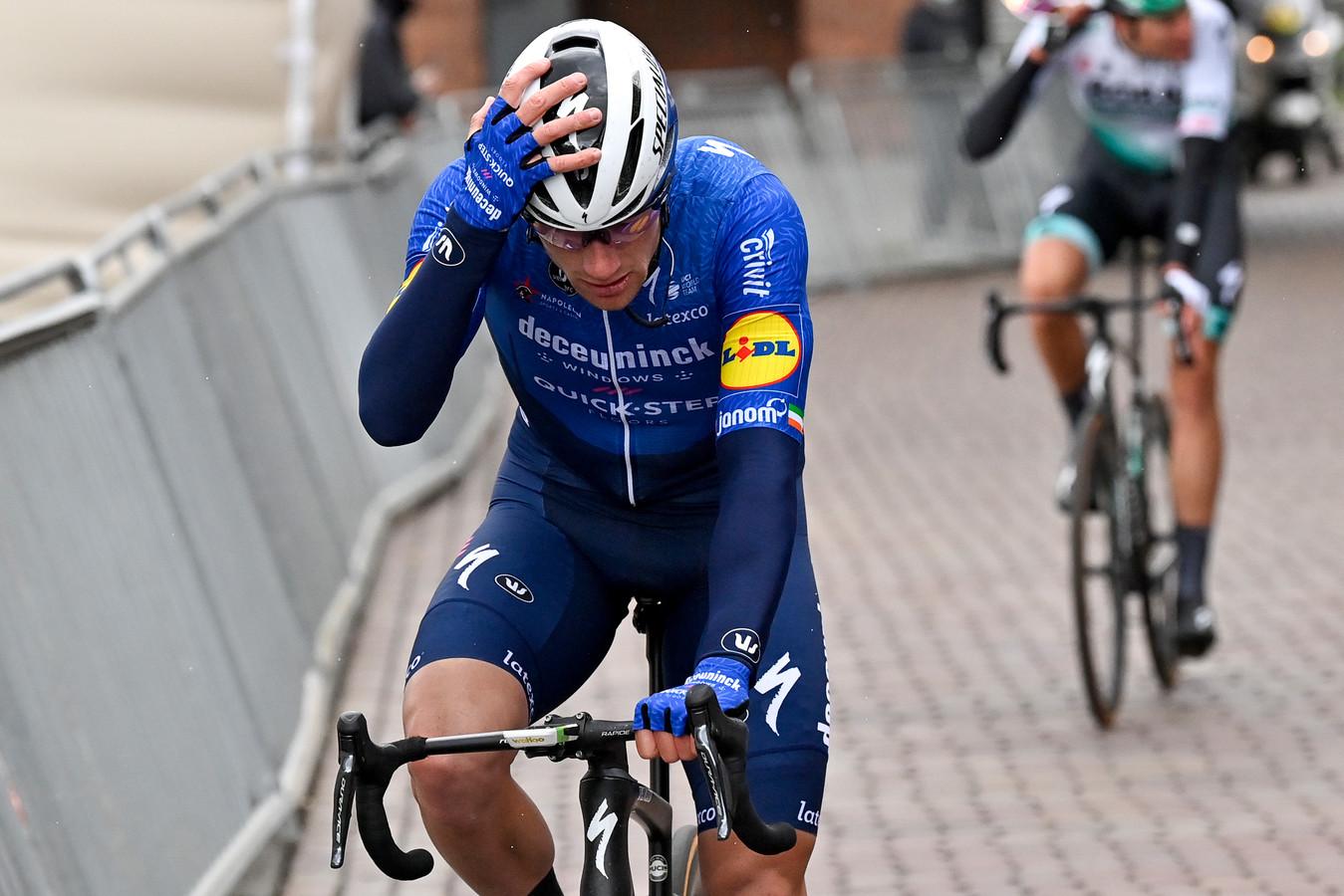 Een ontgoochelde Sam Bennett of Deceuninck na de Scheldeprijs. BELGA PHOTO DIRK WAEM