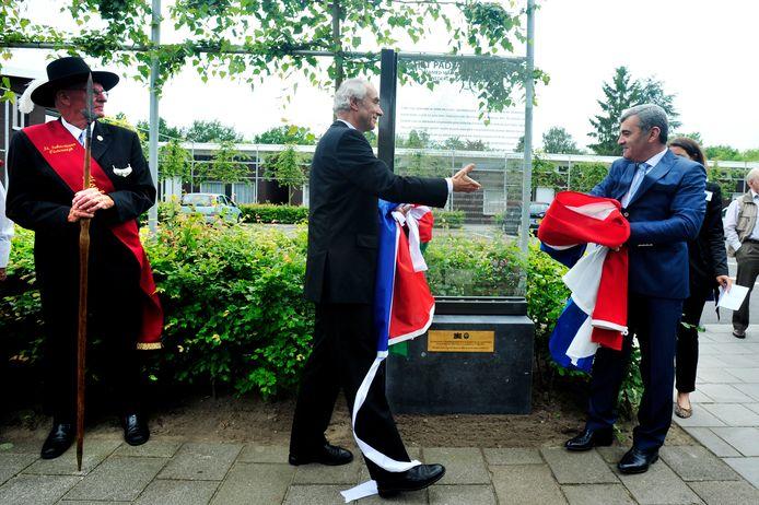 Minister  Gerd Leers (midden) reikt in 2012 zijn Azerbeidzjaanse collega Ibragimov de hand na de onthulling van het Mamedovmonument aan de Van Rijckevorsellaan in Oisterwijk.