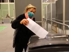 Willemien uit Esch wordt ook mét mondkapje wel herkend als ze komt stemmen