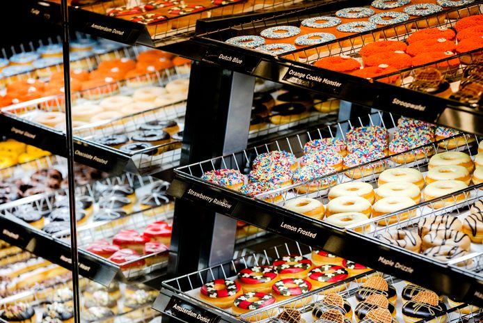 Een vitrine bij Dunkin' Donuts.