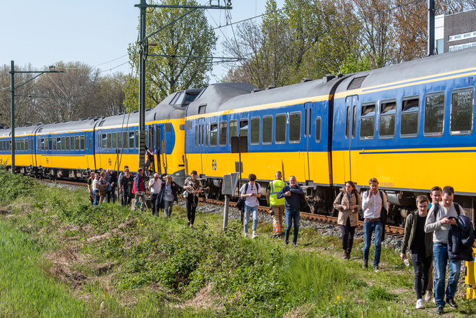 De gestrande reizigers verlaten de trein.