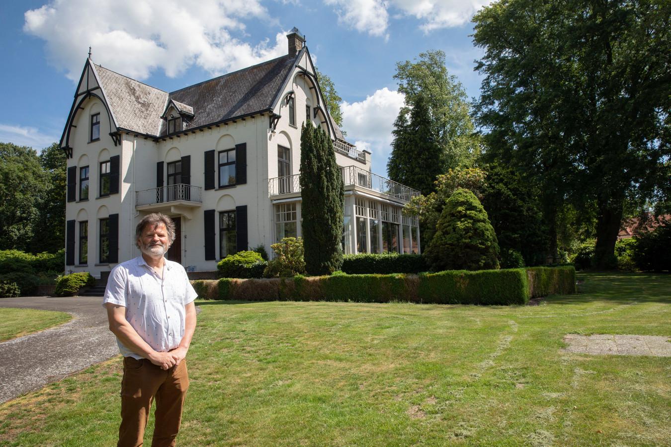 Henk van de Mortel bij de voormalige villa van de familie Van de Griendt in Griendtsveen.