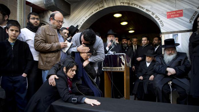 De familie van Yoav Hattab bij zijn begrafenis in Bnei Brak