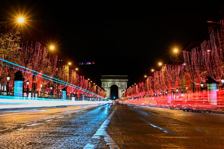 De verlichte Champs-Elysees in Parijs.
