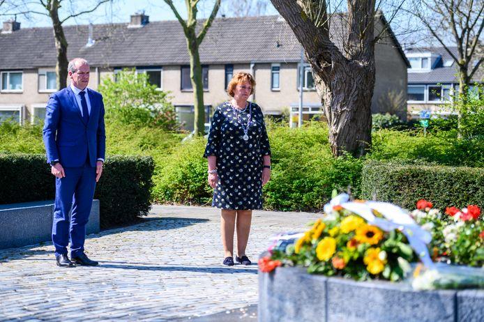 Burgemeester Liesbeth Spies en wethouder Gert-Jan Schotanus bij de herdenking van het schietdrama vorig jaar.