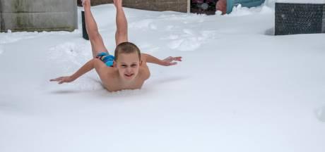 Venjamin (7) uit Harderwijk duikt sneeuw in voor zijn zieke neefje: 'Een legotrein of dagje weg, dat gun ik hem'