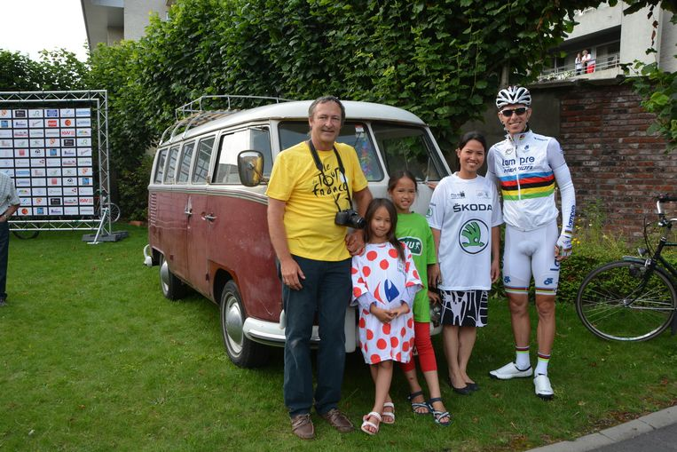 Bart Pelemans met zijn gezin voor de ondertussen wereldberoemde Volkswagen.