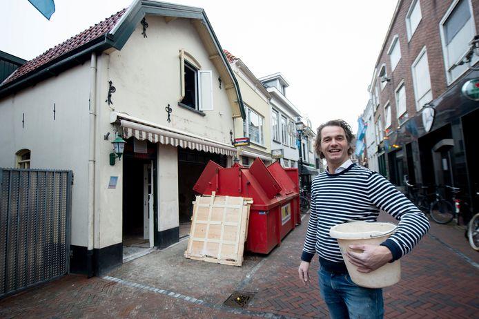 Teun van Garderen voor het nieuwe pand van Café de Liefde, in de Bruggestraat in Harderwijk.