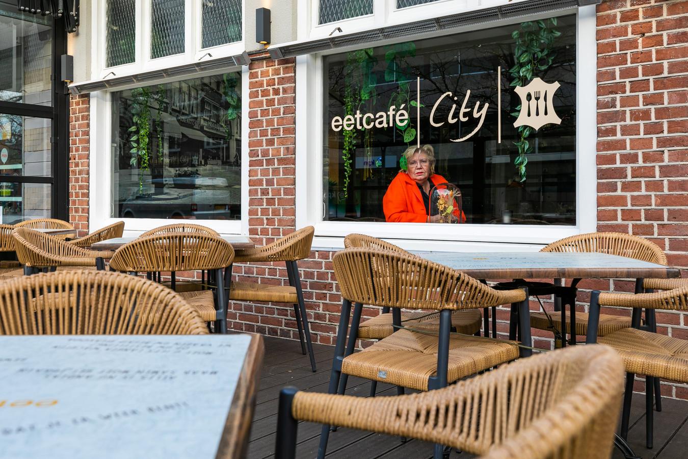 Ina van Cromvoirt van eetcafé City in Waalwijk weigert 2 maart haar terras te openen.