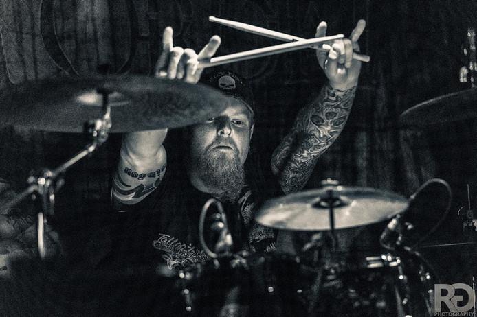 Rob Pol uit Twello, de drummer van Grim Ordeal kwam vorig jaar om het leven bij een ongeval in Neede. De band eert hem met een tribute-avond in het Burgerweeshuis.