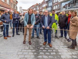 """Stadsbestuur knipt lintje Molenstraat door: """"Straat vanaf nu open voor alle verkeer"""""""
