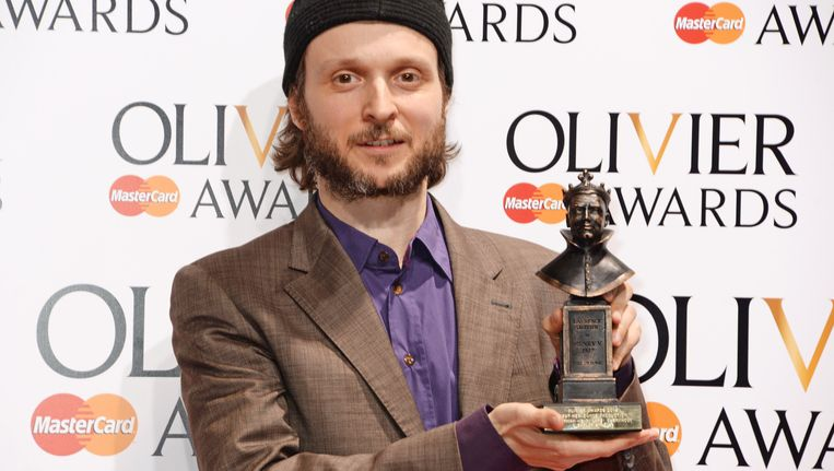 Sidi Larbi Cherkaoui met een andere award (Laurence Olivier Award) die hij op 13 april 2014 in ontvangst nam voor zijn productie 'Eastman'. Beeld Getty Images