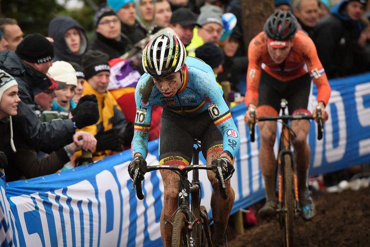 In 2016 pakte Van Aert zijn eerste wereldtitel bij de profs. Van der Poel, hier nog in het wiel, kon hem mede door pech niet bedreigen en finishte pas als vijfde. Beeld BELGA