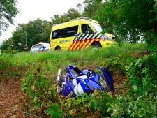 Motorrijder raakt bij viaduct in Wezep van de weg en moet mee naar het ziekenhuis