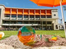 Beachvolleybal én theaterfestival op grasveldje voor Stadsschouwburg in Utrecht