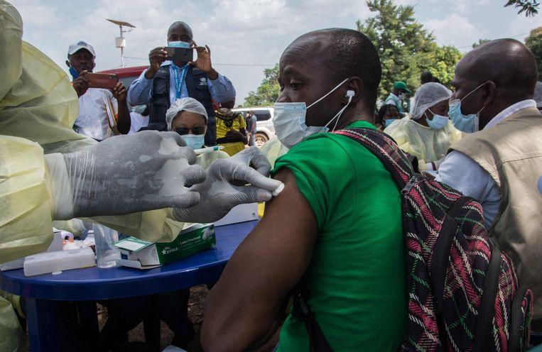 Een vaccin tegen ebola wordt toegediend in Guinee. Beeld AFP