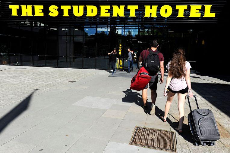 Waar voorheen koffers werden binnengerold, komen studenten nu met hun laptop bij The Student Hotel.  Beeld Hollandse Hoogte /  ANP