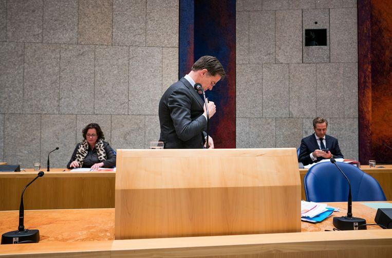Premier Rutte met de ministers Van Ark en De Jonge tijdens een schorsing van een debat over de ontwikkelingen rondom het coronavirus.  Beeld Freek van den Bergh / VK