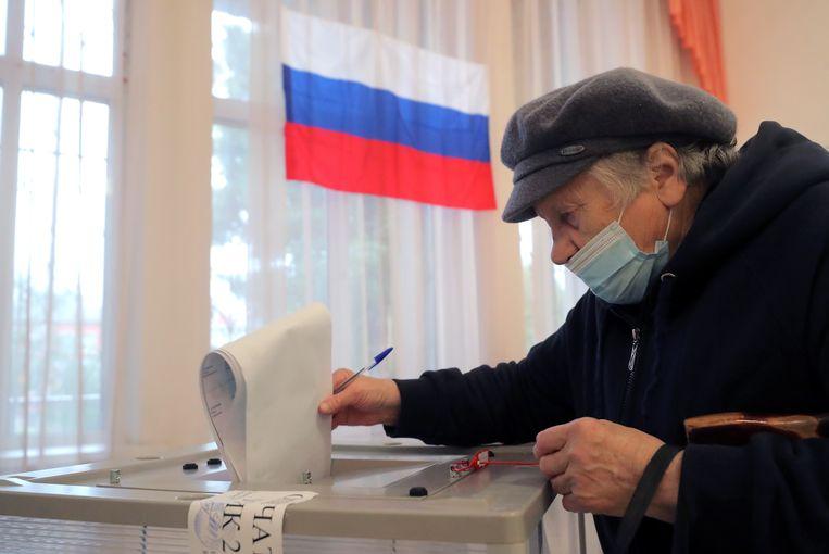 Een vrouw brengt haar stem uit in Podolsk buiten Moskou. Beeld EPA