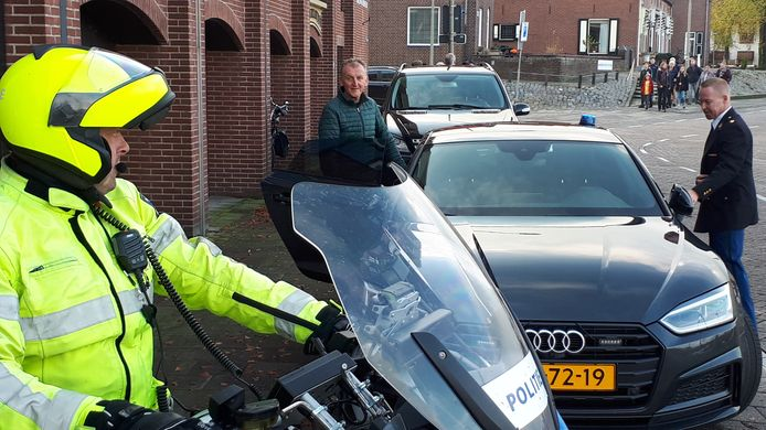 Met een vorstelijke rondrit neemt Henk Druijff afscheid van het politievak.