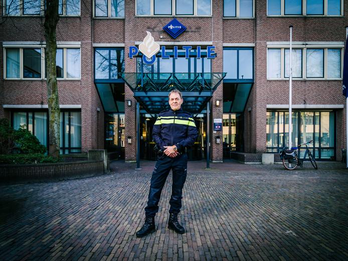 Johan van Renswoude voor het hoofdbureau van politie aan het Utrechtse Paardenveld.