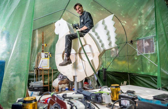 De Rotterdamse kunstenaar Danny van Walsum werkt in een tent in Crooswijk aan de nieuwe versie van de 'Kip van Ommoord'. 'Het is een bewerkelijk ding.'