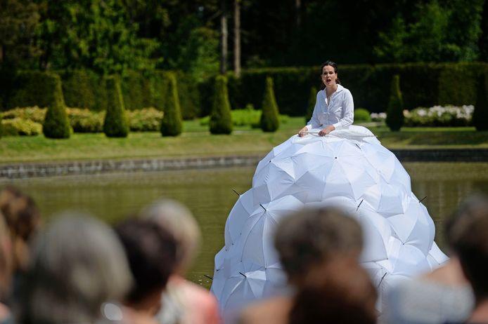 Theater on Tour vorig jaar: een zingende dame op de vijver bij Landgoed Hoge Boekel.