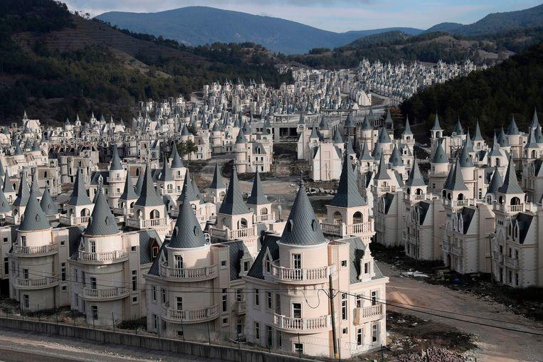 De identieke kasteeltjes nabij het Turkse Mudurnu staan allemaal leeg.