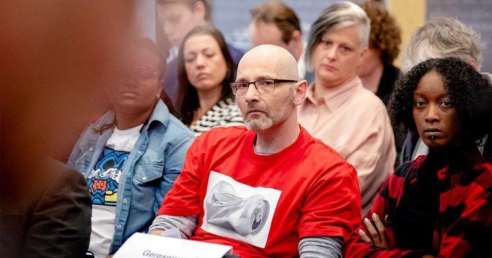 Roger Derikx (m) samen met andere gedupeerde ouders van de toeslagenaffaire.