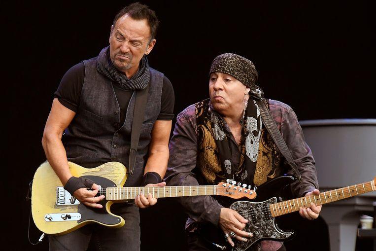 Bruce Springsteen met Steven Van Zandt in Zürich. Beeld EPA