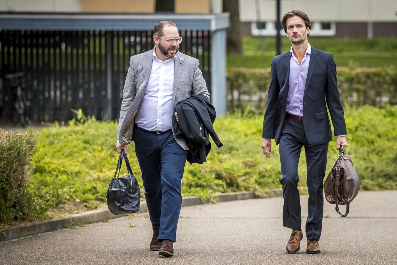 Phil Boonen (L), advocaat van de nabestaanden van de Limburgse slachtoffers en advocaat Sebas Diekstra (R) arriveren bij de rechtbank.